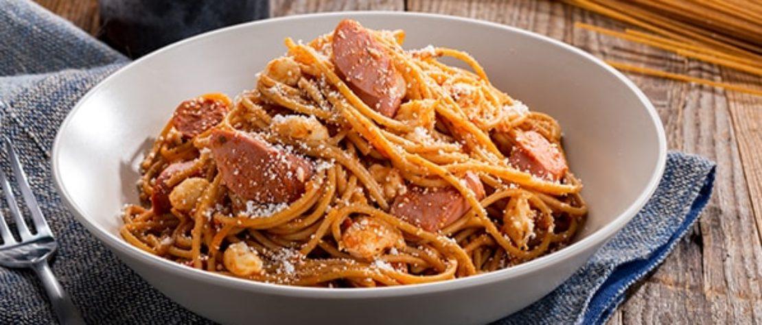 Espaguetis con Salchichas de Pavo y Queso