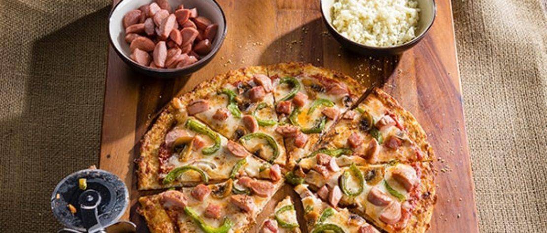 Pizza de coliflor con jamón de pavo, salchichas de pavo y queso Oaxaca